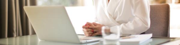 Mujer emprendedora que ha abierto su franquicia con SPG Certificación. Ahora está trabajando desde su ordenador para ofrecer los mejores servicios de formación y certificación en normas ISO a sus clientes.