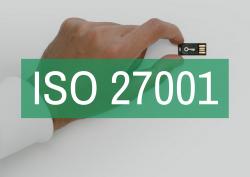 Mano sosteniendo un chip informático que guarda información confidencial de la empresa en la que SPG Certificación está auditando el sistema de gestión de seguridad de la información basado en la norma ISO 27001. Sobre la imagen, hay un cartel verde semi transparente con letras blancas que leen 'ISO 27001'.